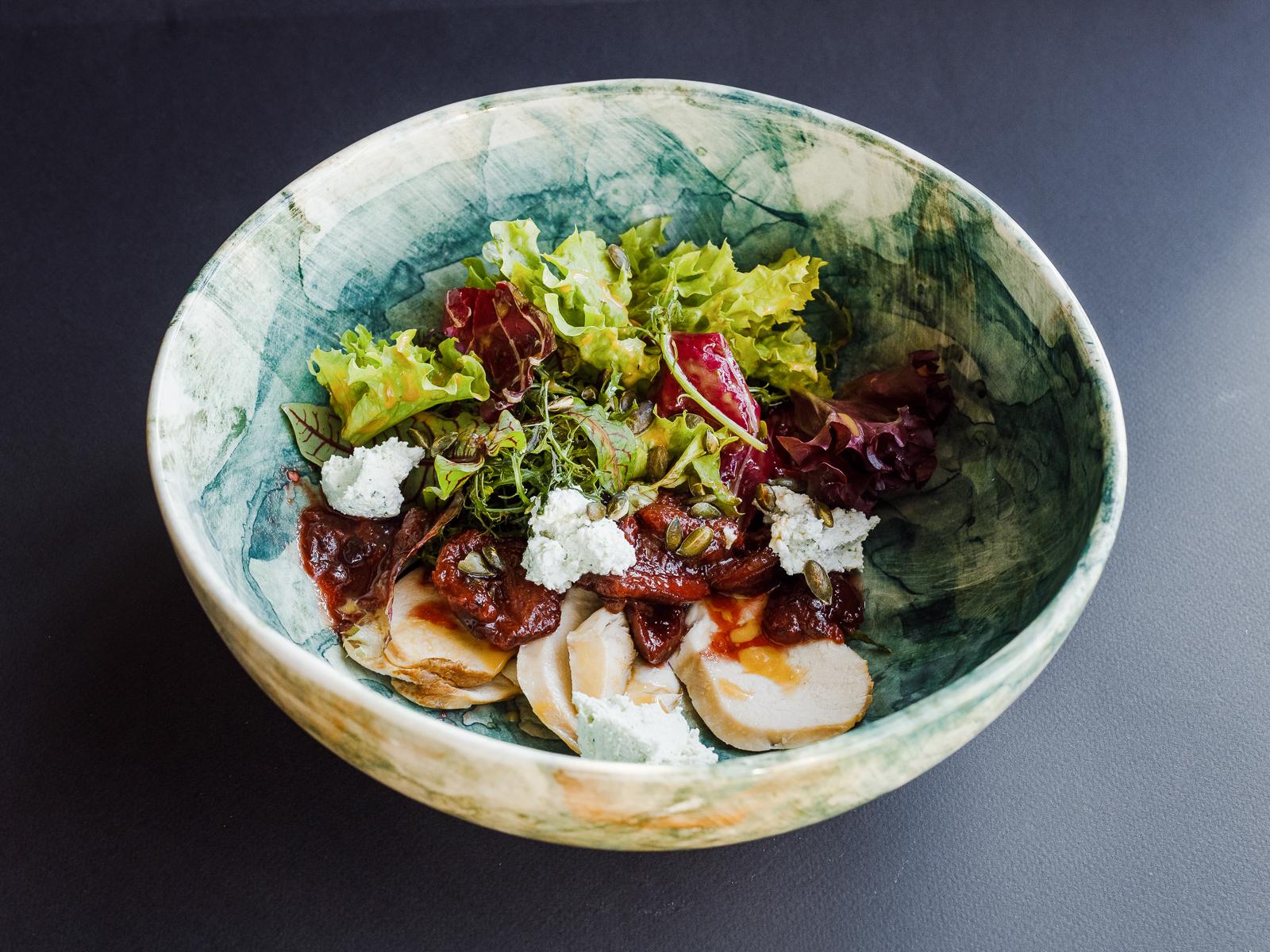 Салат с копченым цыпленком, соусом из сливы и домашним творогом
