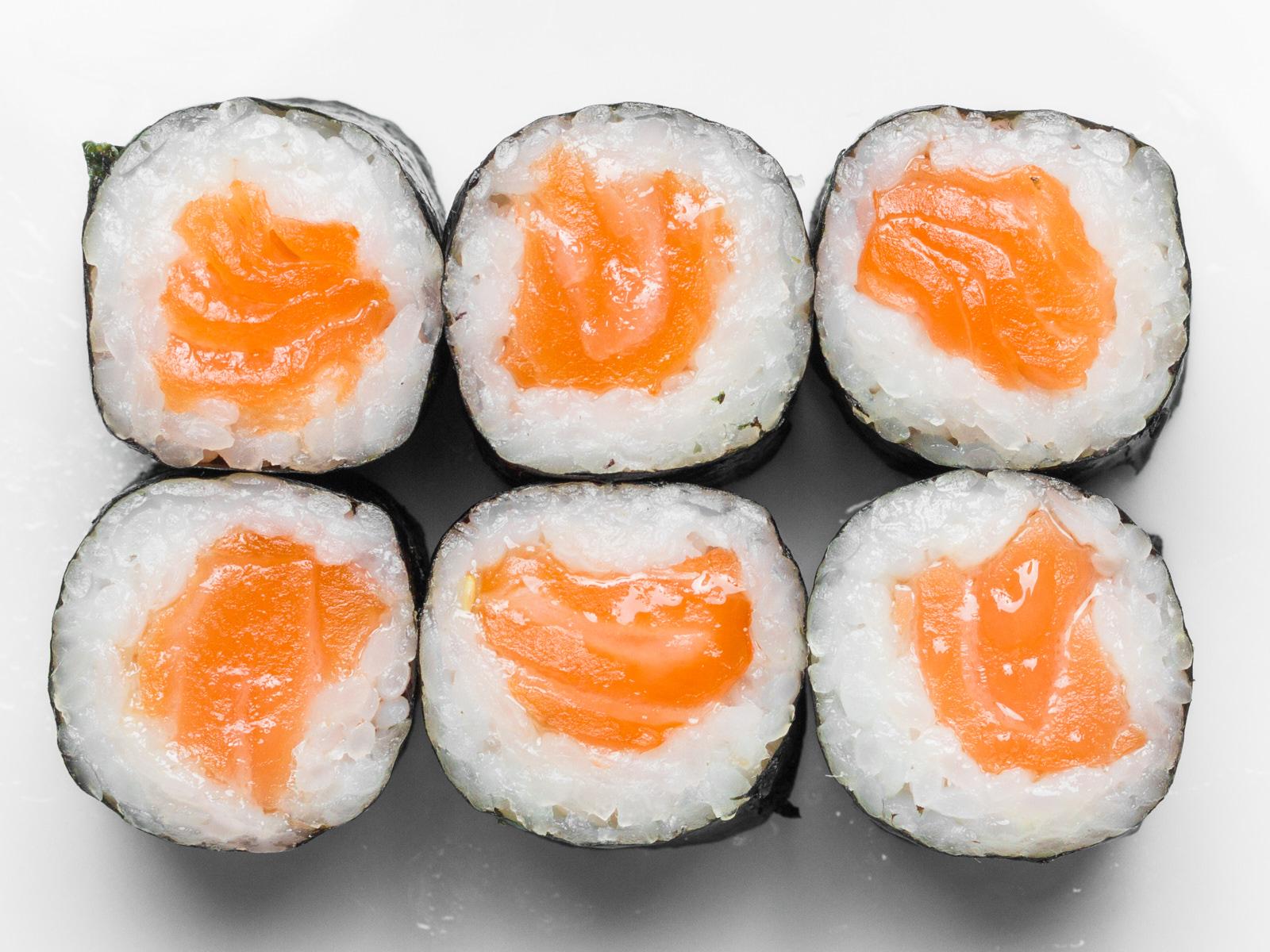 Тонкие роллы с копчёным лососем