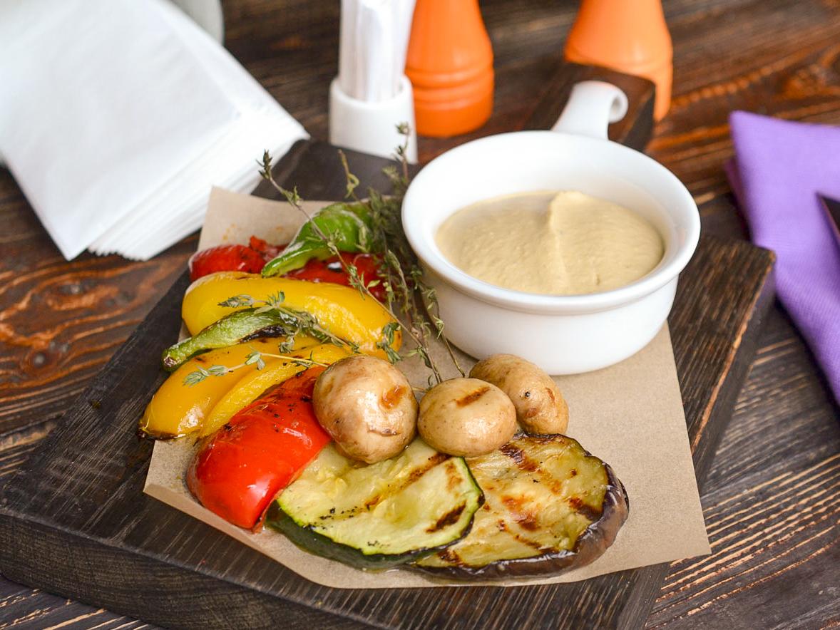 Хумус с овощами гриль