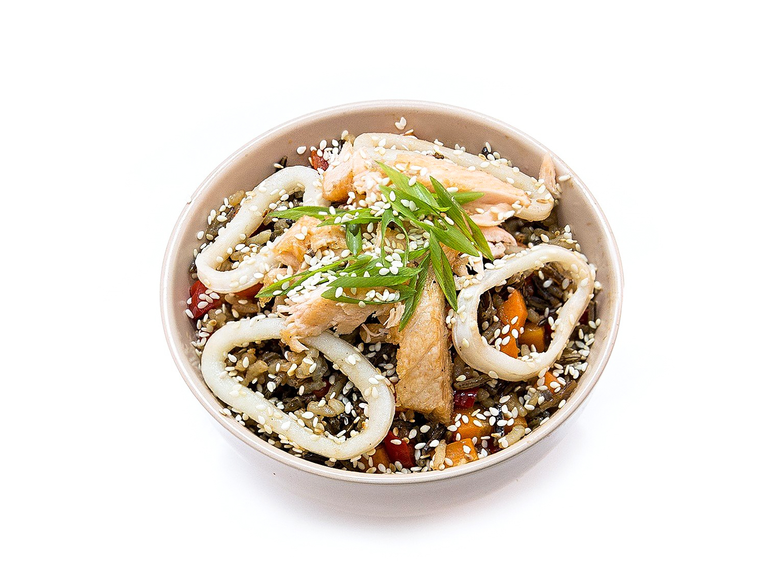 Дикий рис с лососем и кальмаром