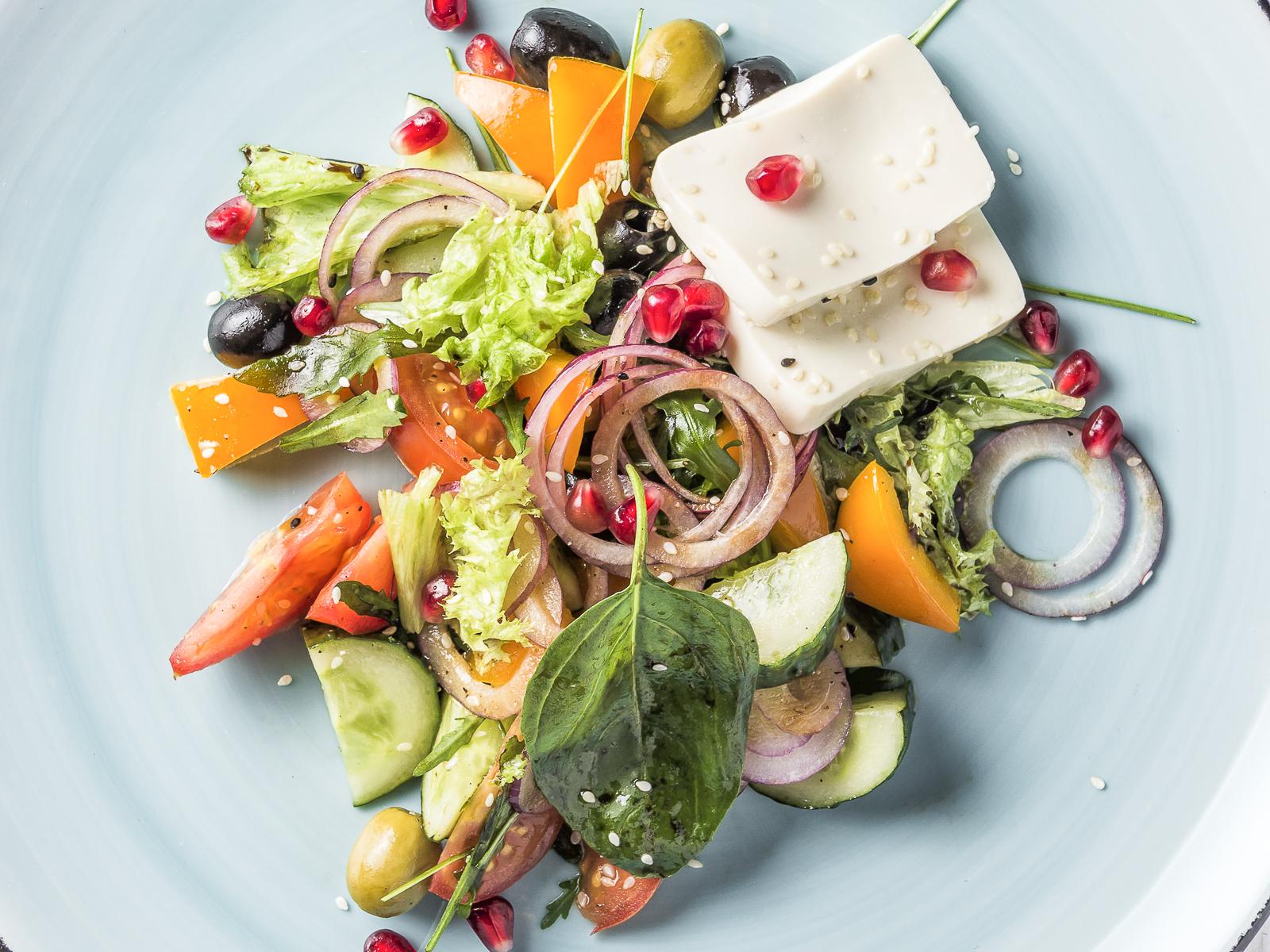 Салат в стиле Греко с сыром тофу и зёрнами граната
