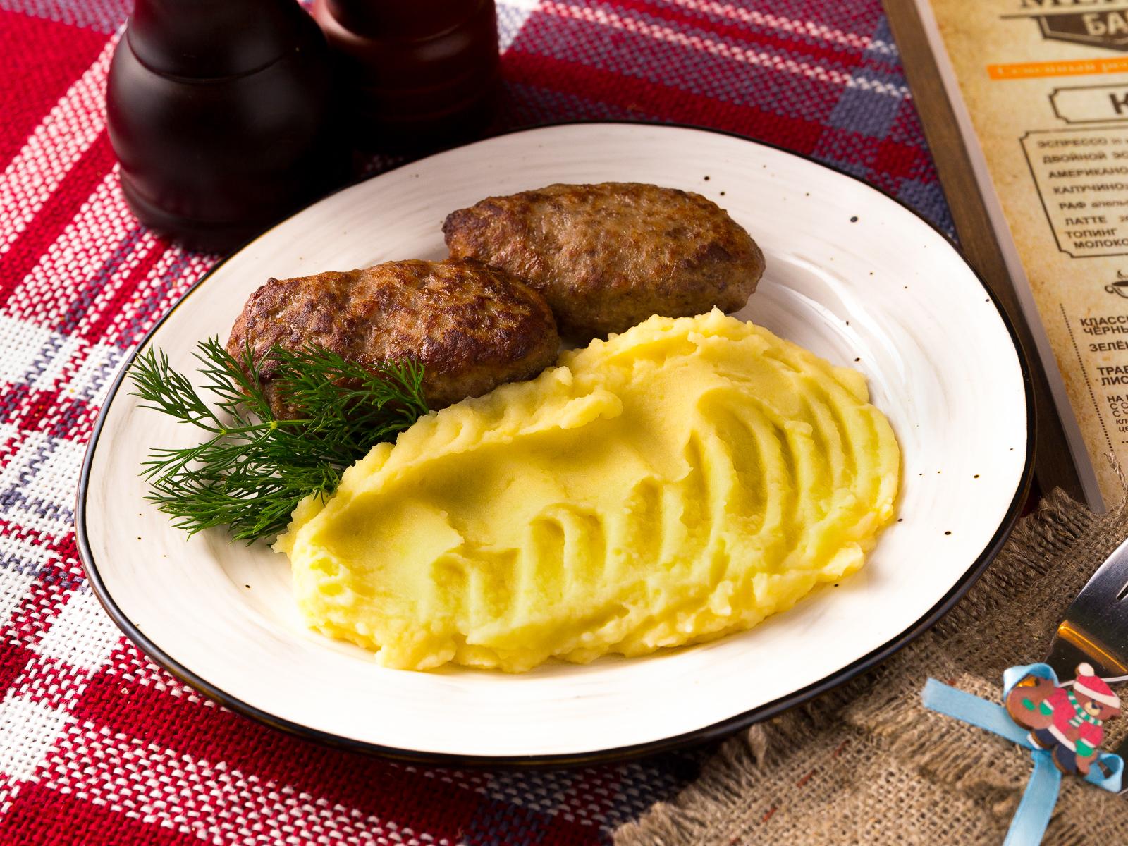 Котлета домашняя с жаренным картофелем и луком
