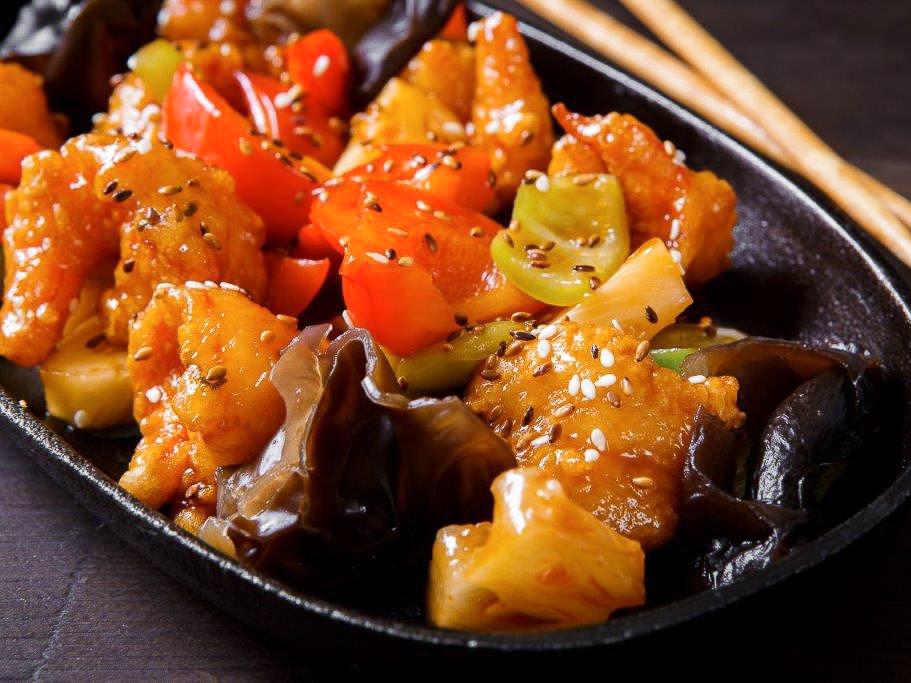 Тигровые креветки в кисло-сладком соусе с ананасами