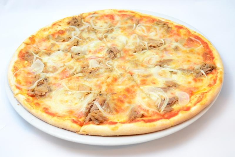 Пицца с тунцом и луком