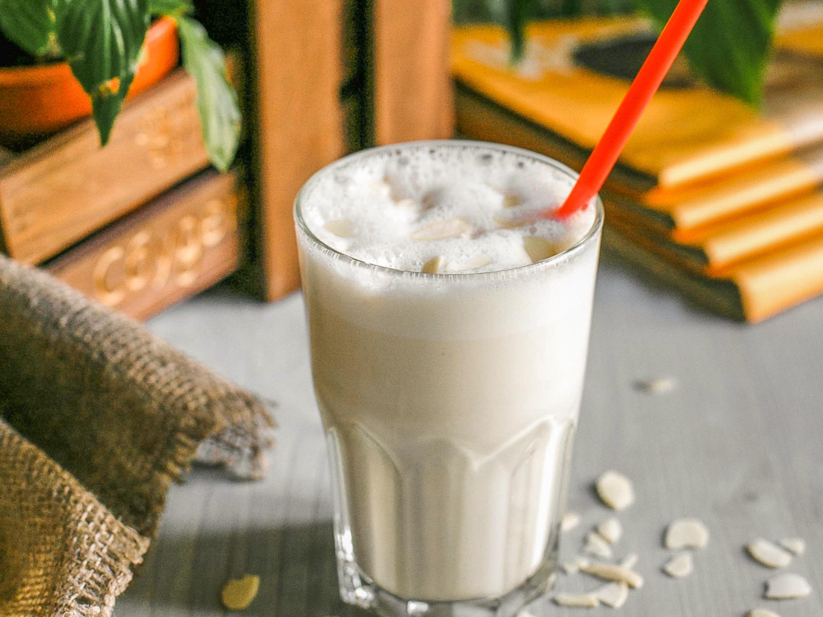 Молочный коктейль с арахисовой пастой