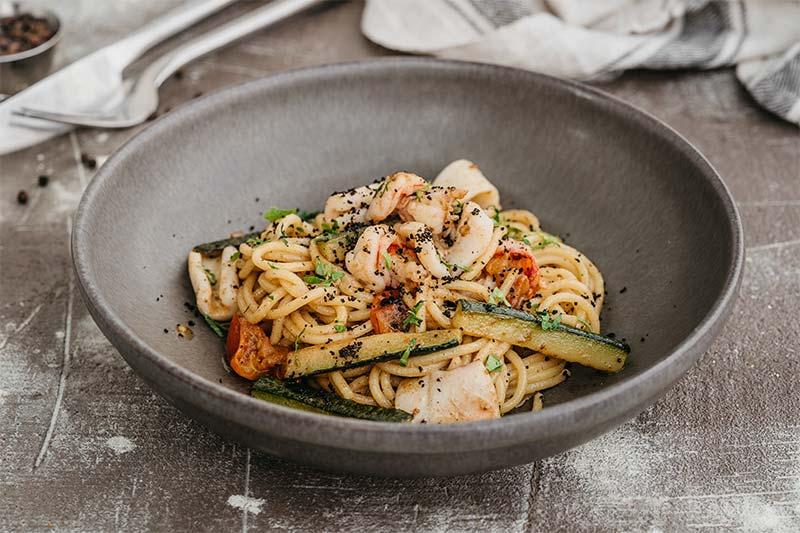 Спагетти с креветками, кальмарами,цукини и соусом с анчоусами