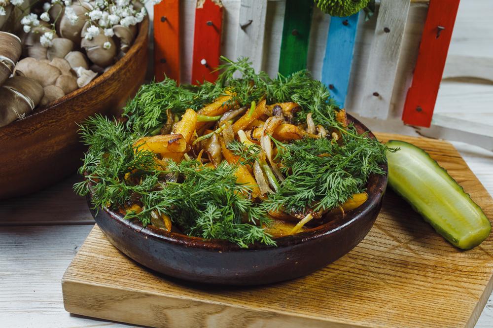 Картофель жареный с вешенками и черемшой