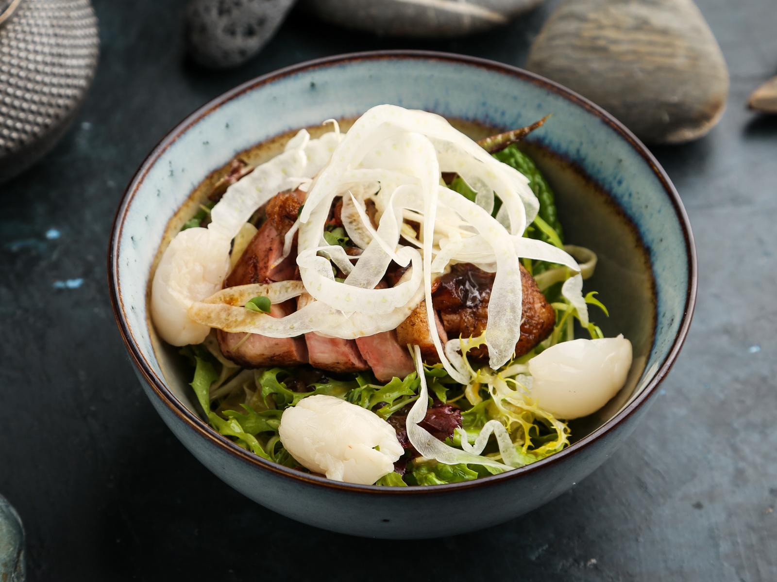 Теплый салат с утиной грудкой и чили
