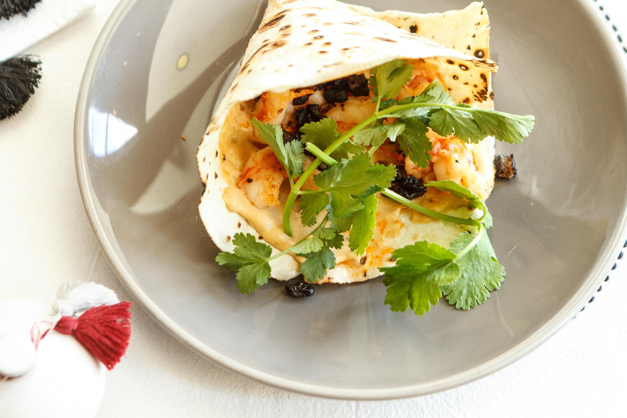 Хрустящая лепёшка с креветками, чёрными бобами и острым соусом
