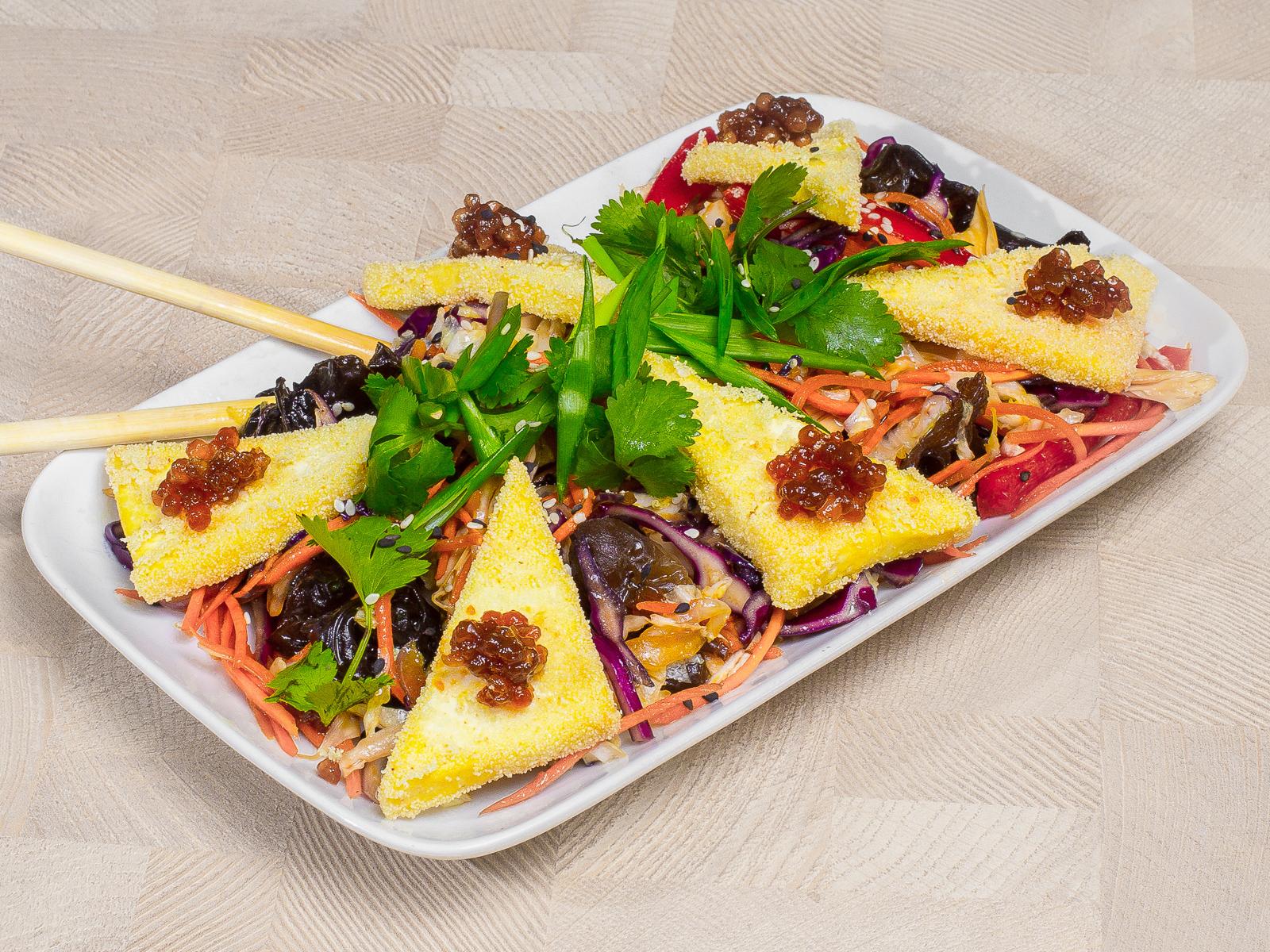 Теплый азиатский салат с тофу