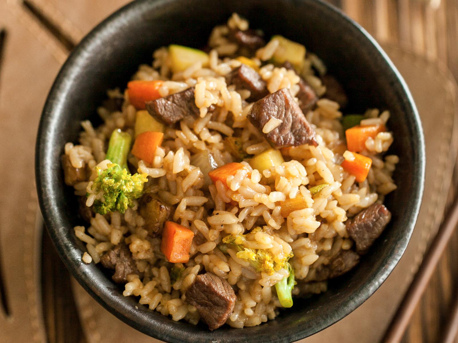 Рис, жаренный с говядиной и овощами