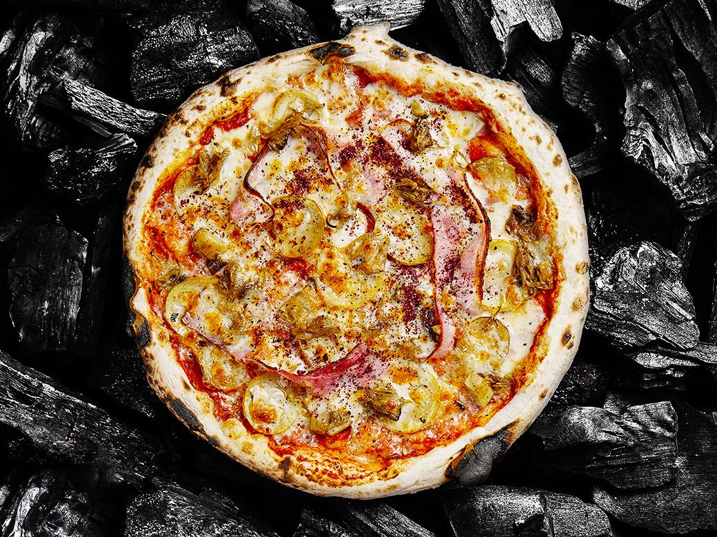 Пицца с картофелем, беконом и грибами