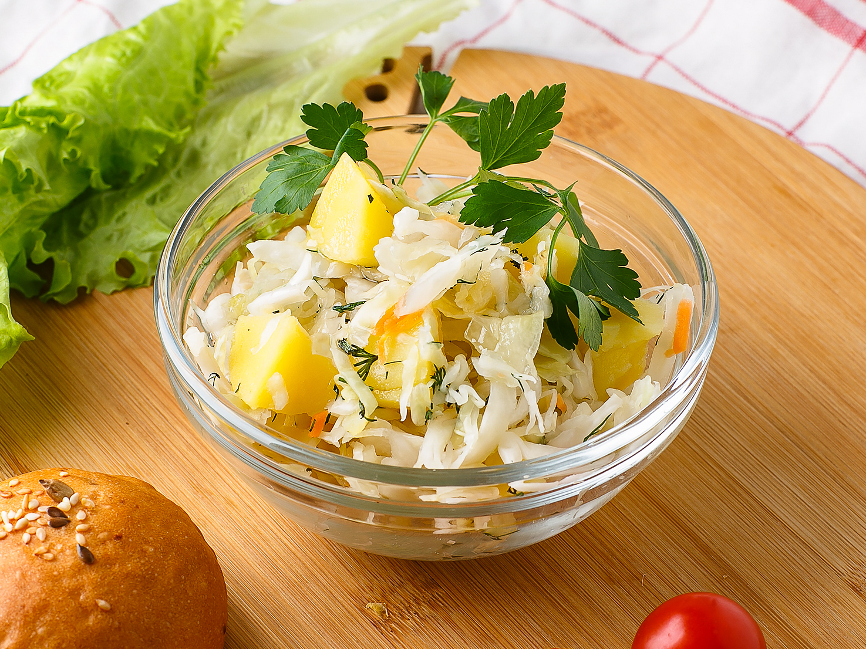 Салат из квашеной капусты с картофелем