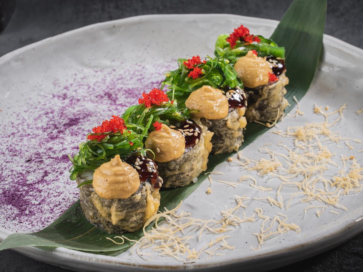 Ролл Темпура с салатом чука и ореховым соусом