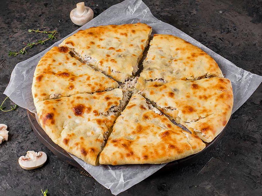 Осетинский пирог с курицей, грибами и сыром