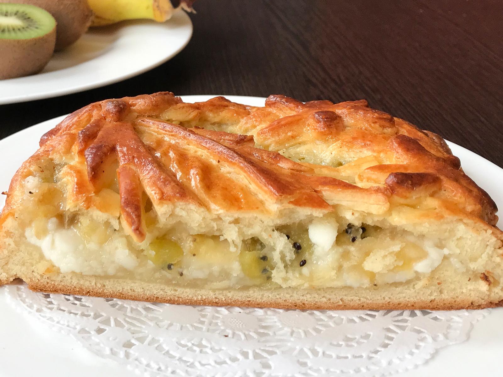 Пирог с творогом, бананом и киви