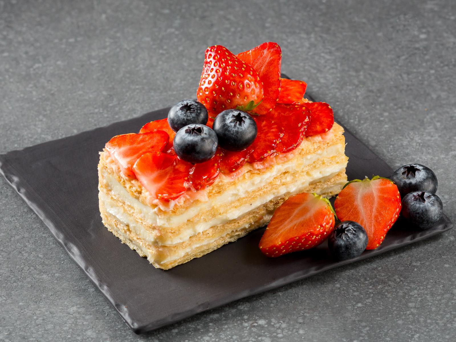 Торт Наполеон со свежими ягодами