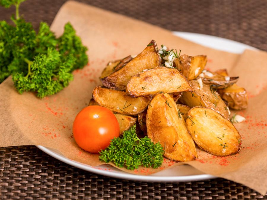 Картофельные дольки с сыром и кунжутом