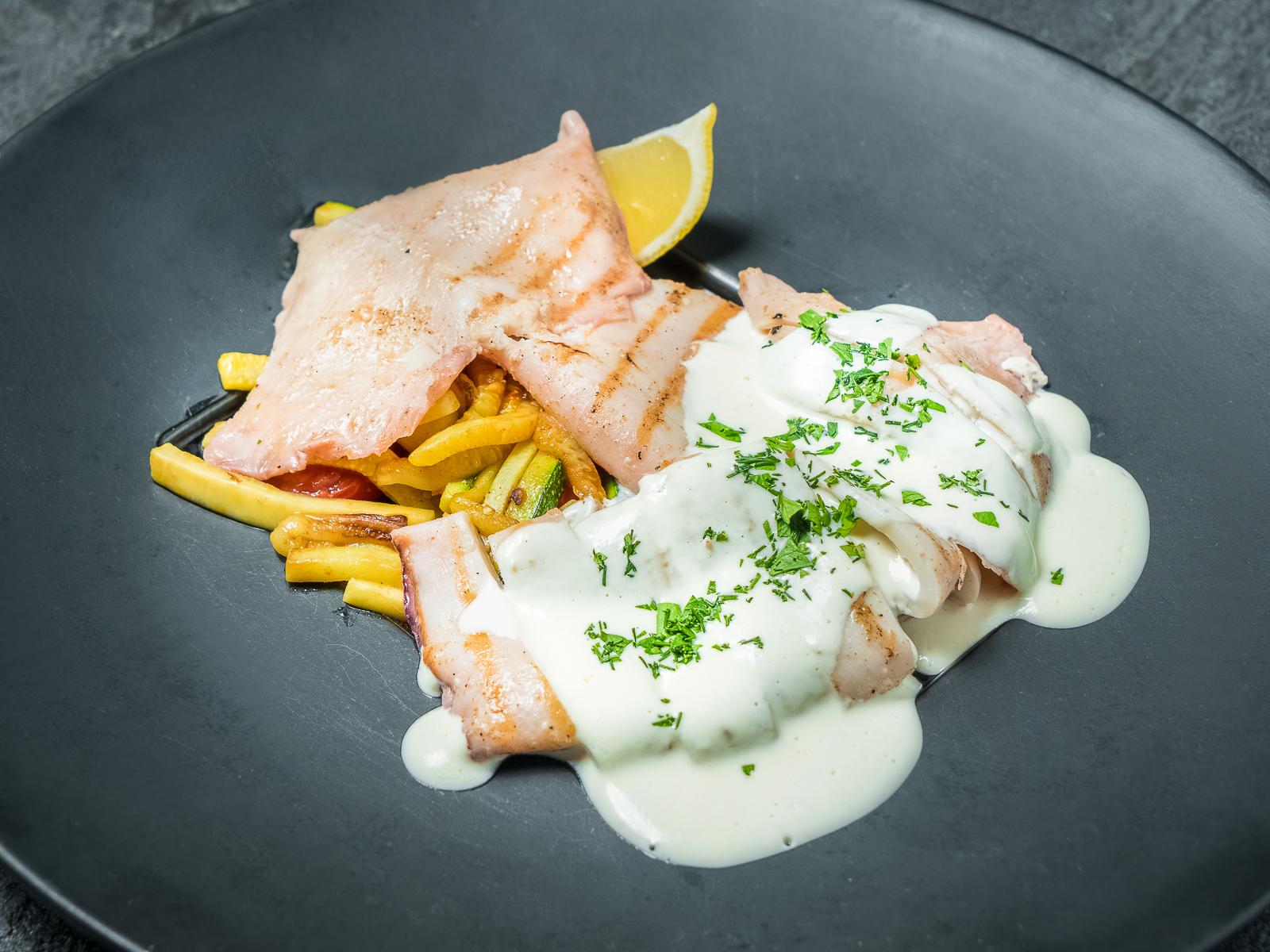 Филе кальмара гриль с соусом Том Кха