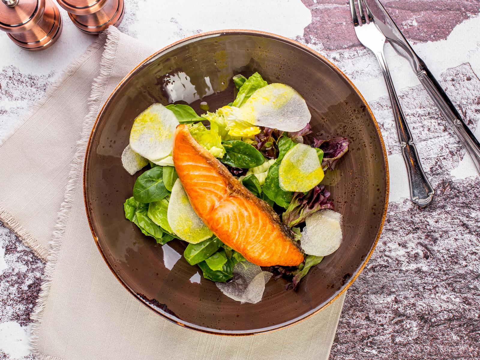 Филе лосося с салатом и грушей, с ароматом трюфеля