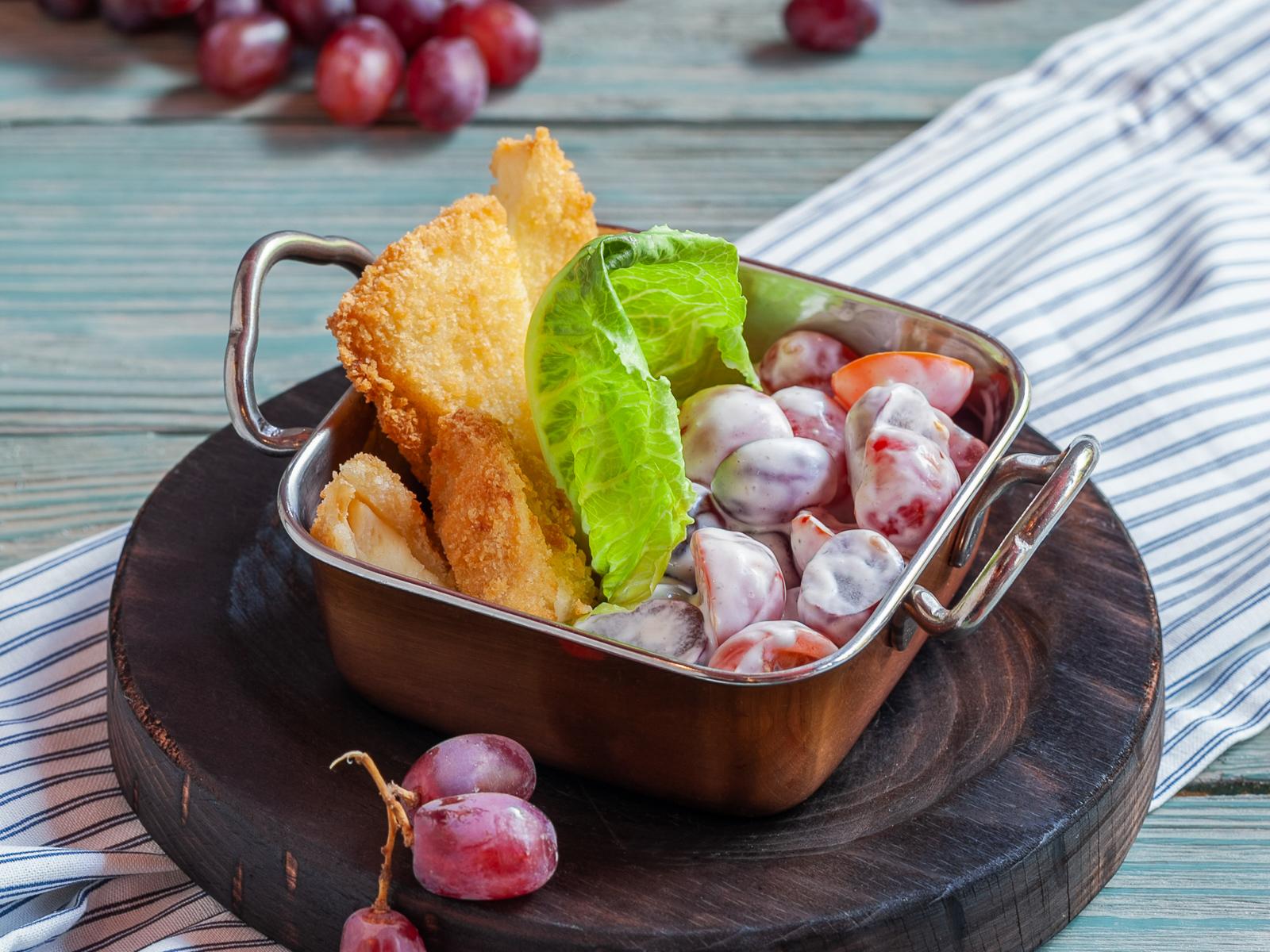 Салат с хрустящим сыром, черри и виноградом