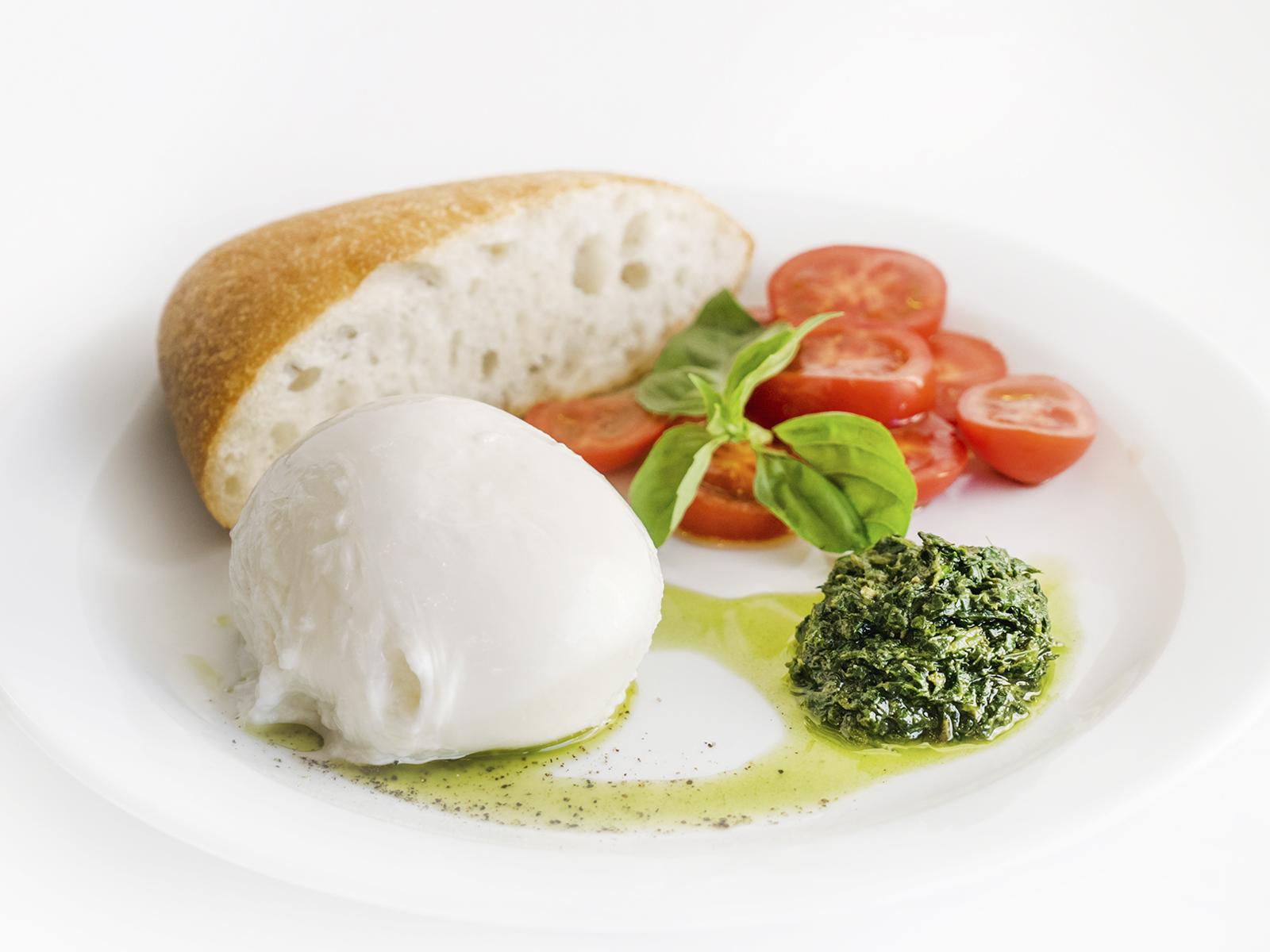 Моцарелла с помидорами и базиликом