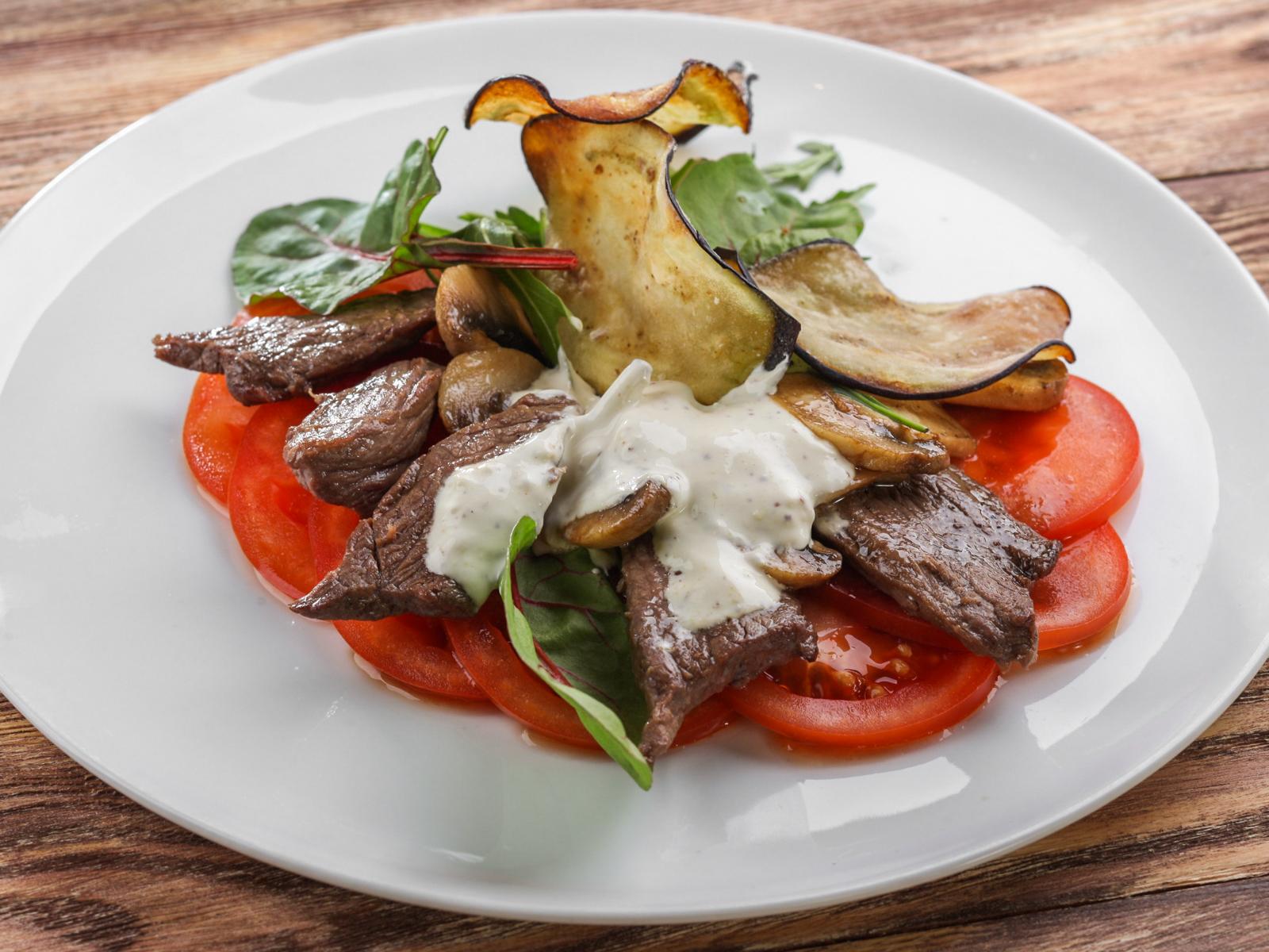 Теплый салат с говядиной и грибами