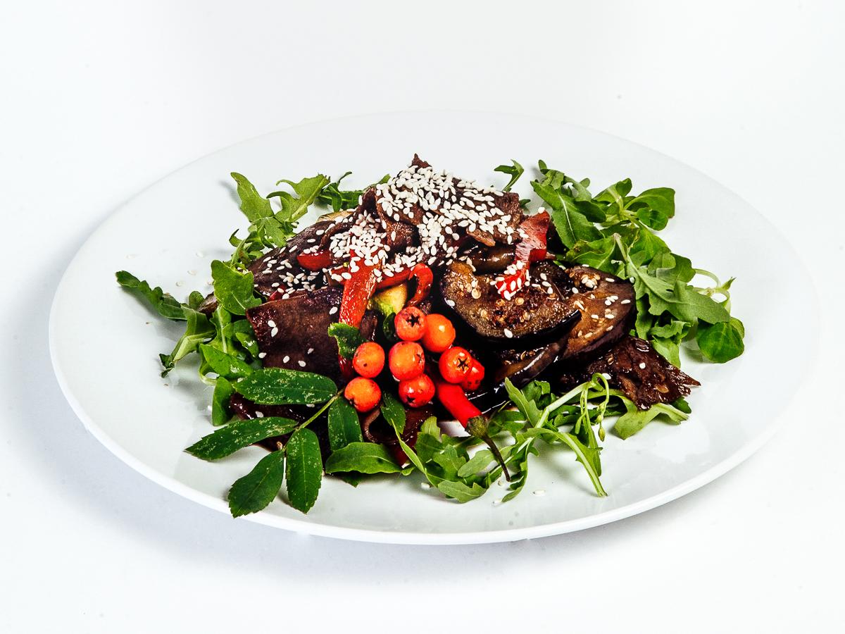 Салат с говяжьим языком и овощами гриль