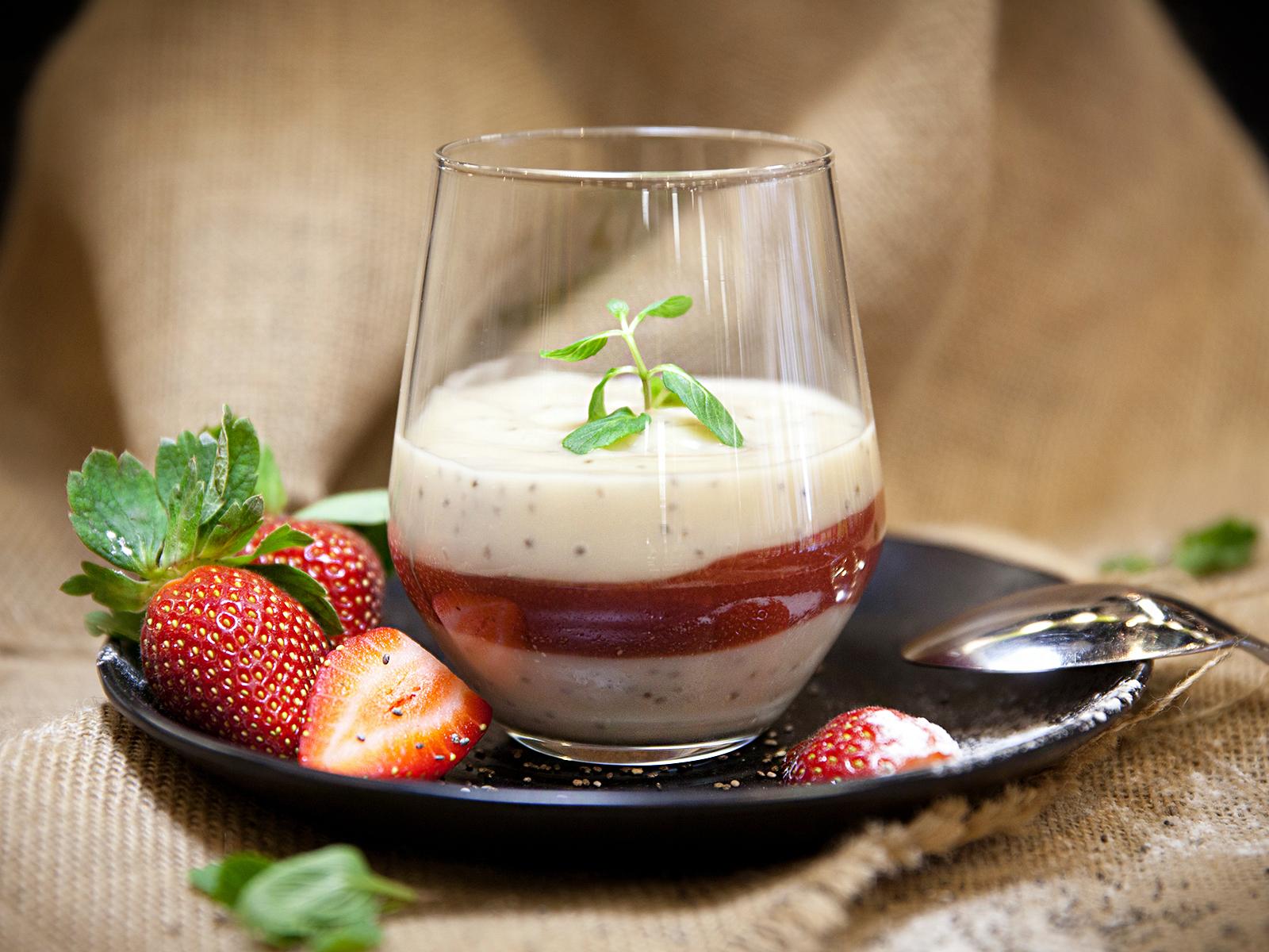 Десерт Чиа пудинг с клубничным муссом