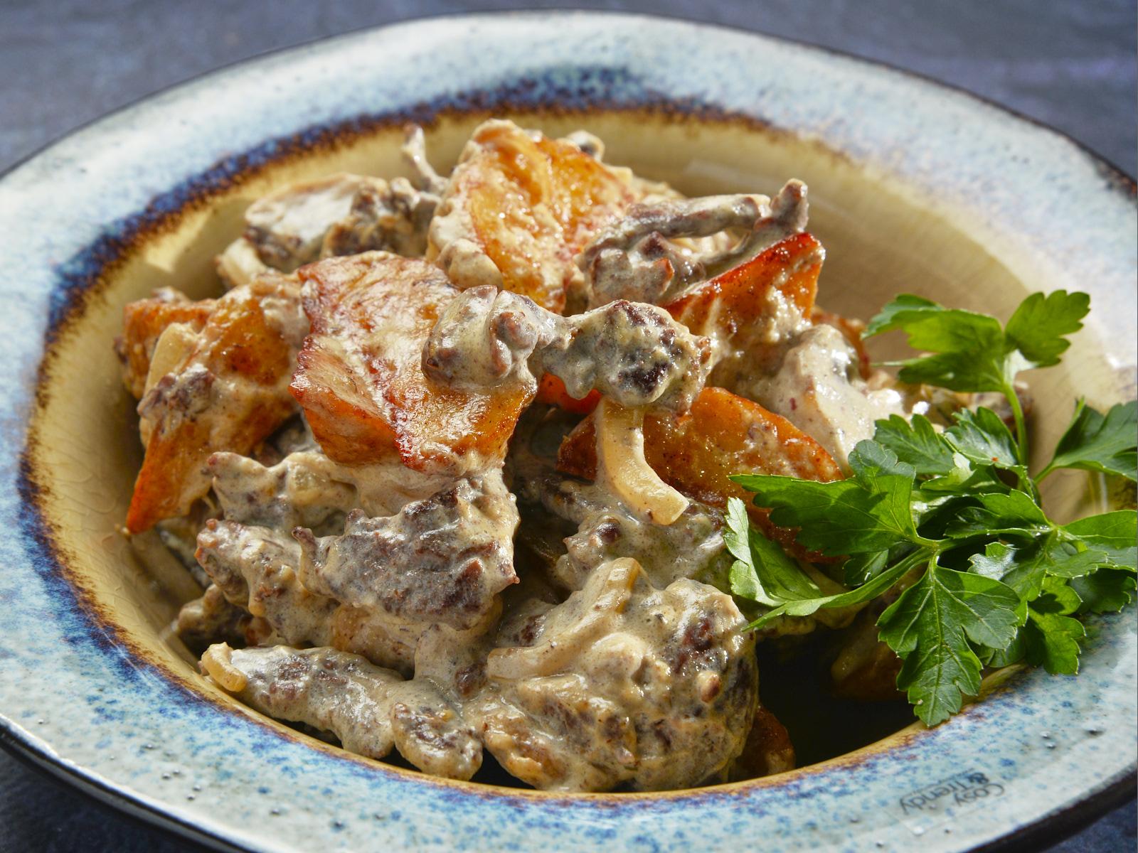 Нежная говядина в сливках с румяными картофельными дольками