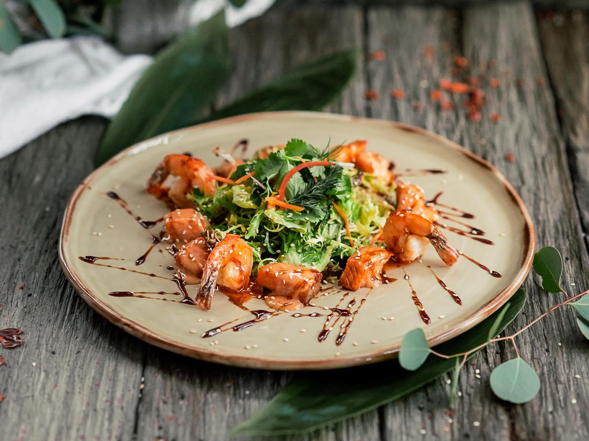Салат с лососем и креветками по-Азиатски