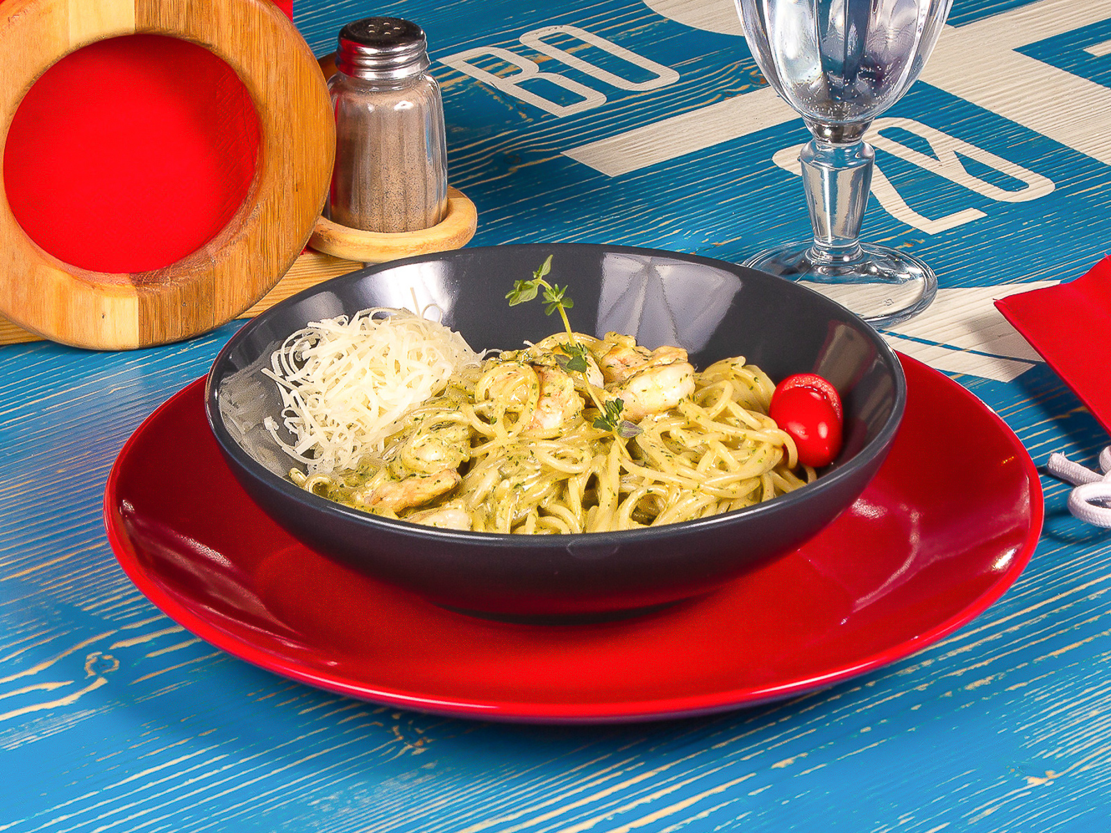 Спагетти с песто и креветками