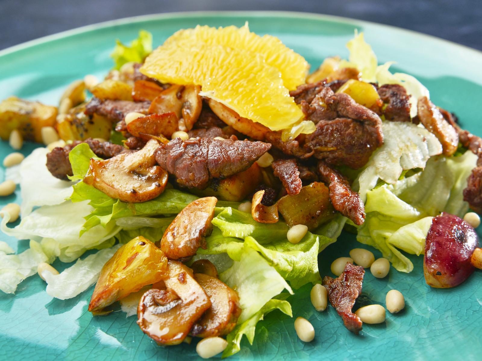 Теплый салат с телятиной и фруктами