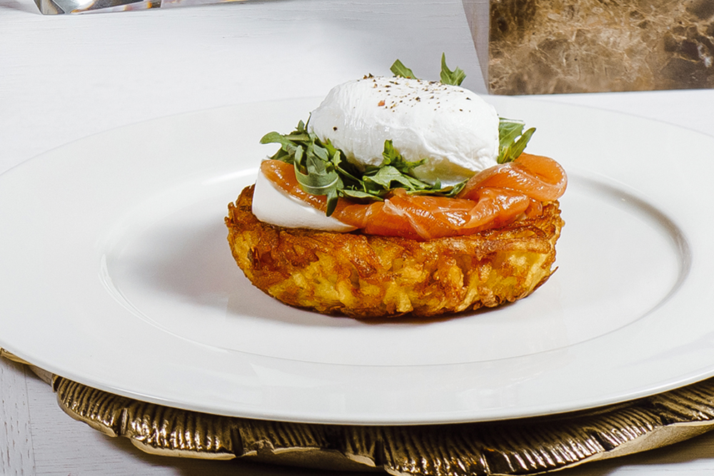 Картофель рости с сыром, семгой и яйцом