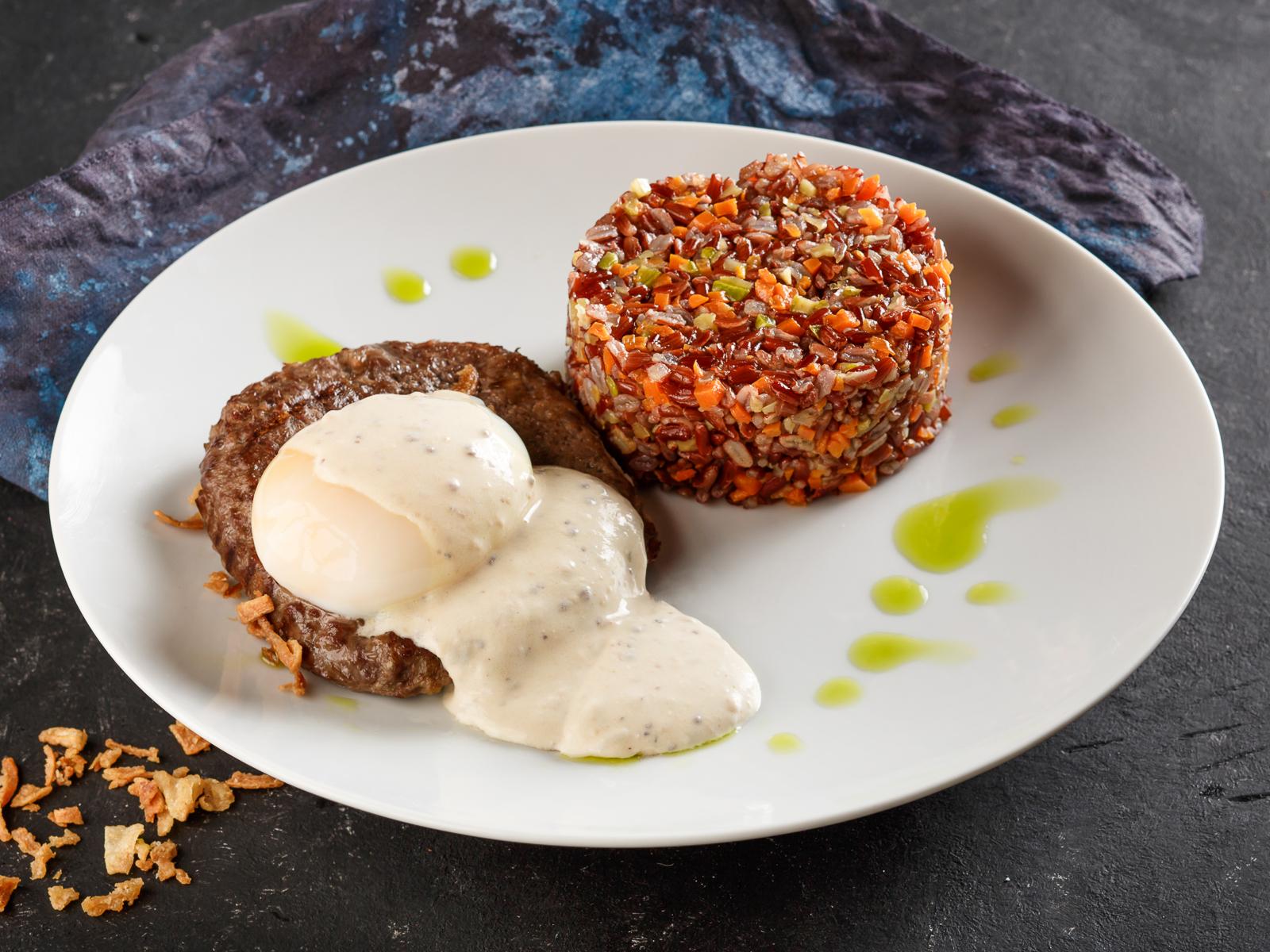 Бифштекс из говядины с красным рисом
