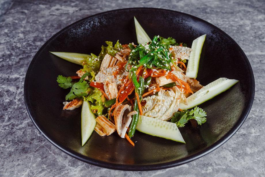 Корейский салат с угрем и свежими овощами