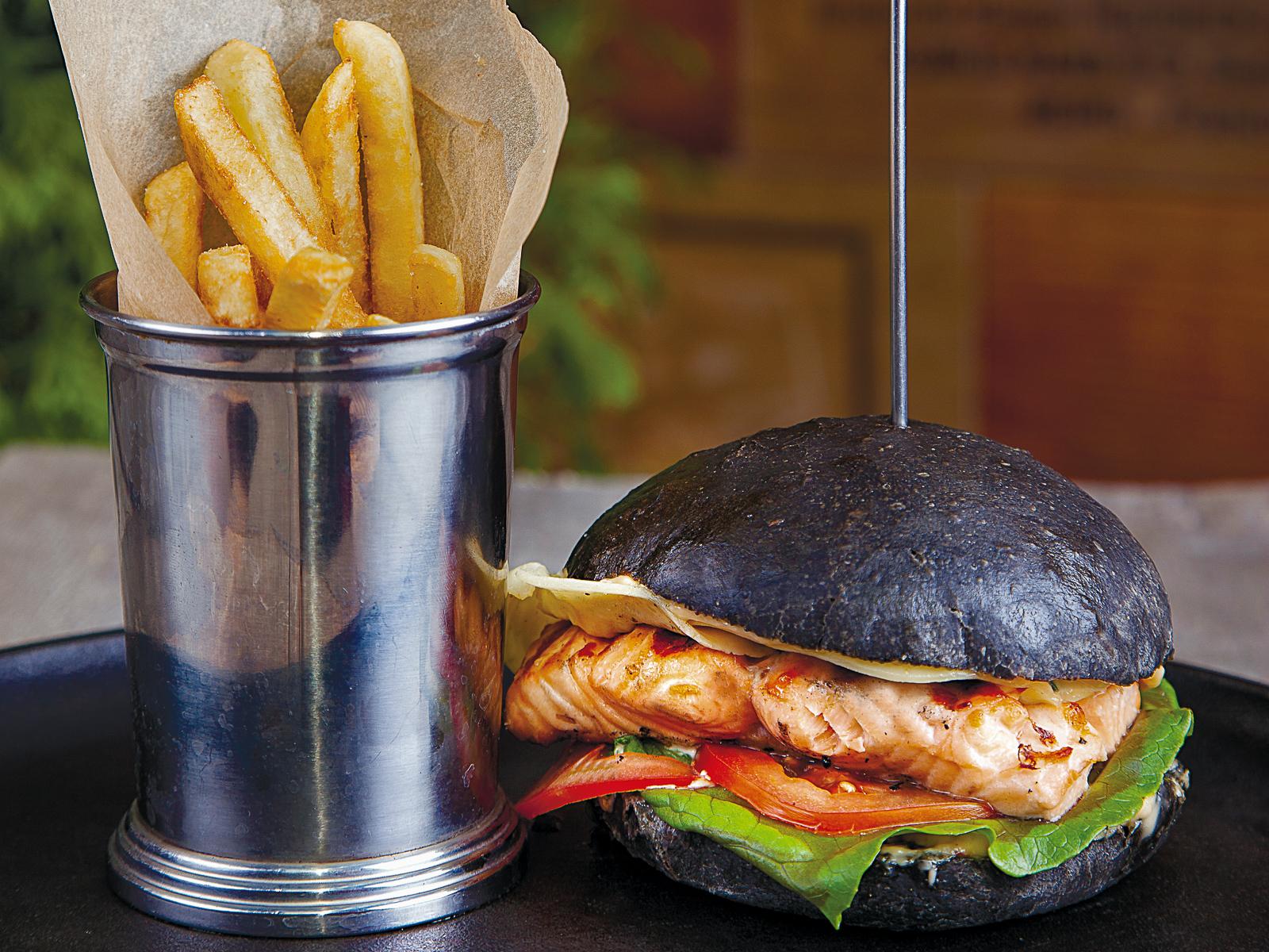 Блэк бургер с лососем