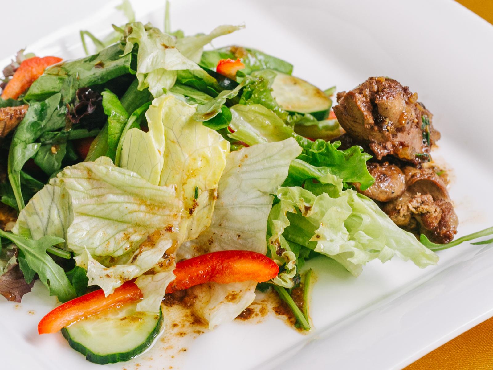 Легкий салат с куриной печенью
