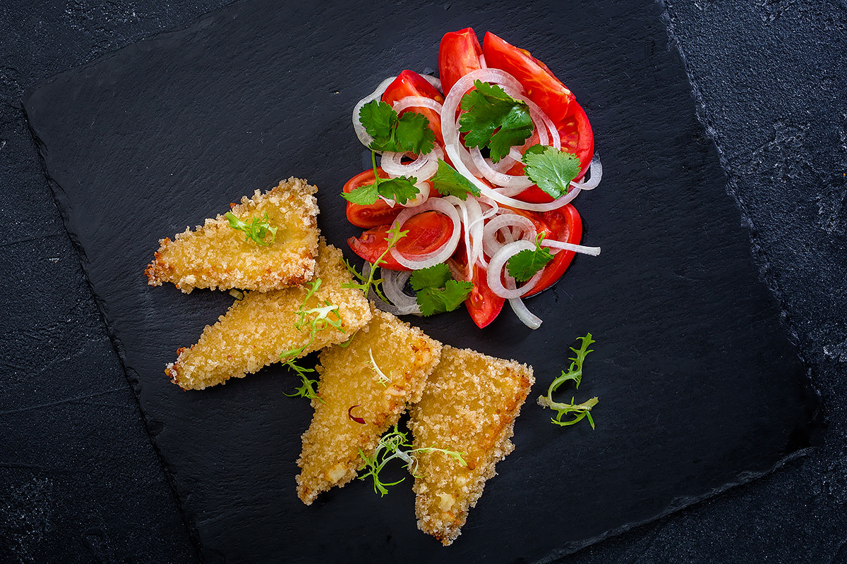Жареный сулугуни с салатом из помидоров