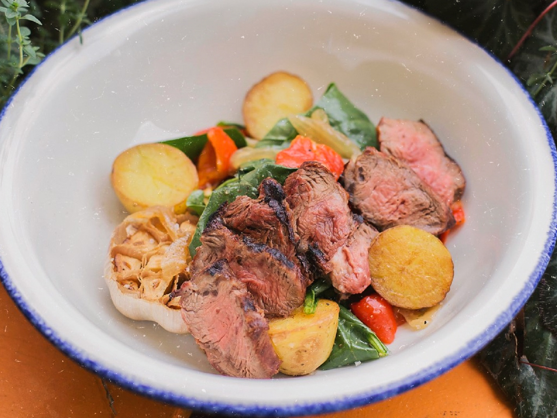 Стейк-салат с картофелем и шпинатом