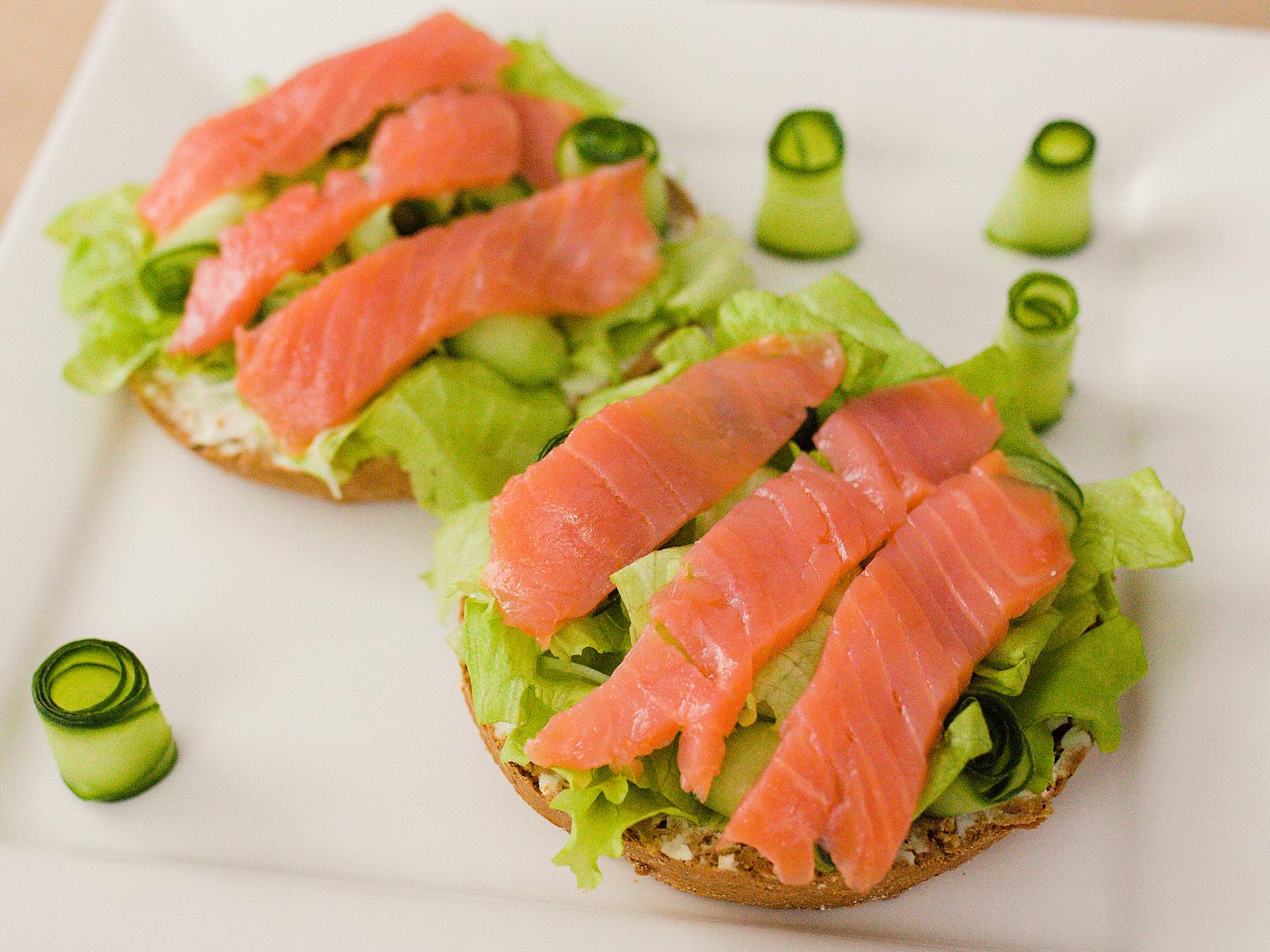 Зеленый салат с лососем на брускетте