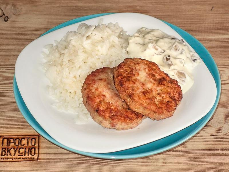 Куриные котлеты под грибным соусом и картофельным пюре