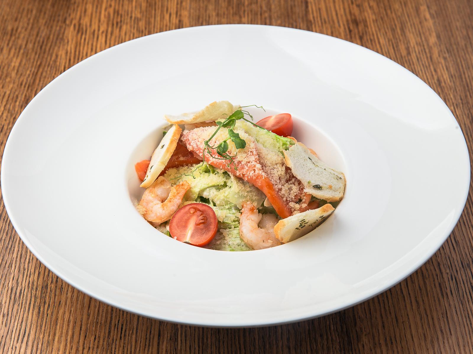 Салат Цезарь с лососем и креветками
