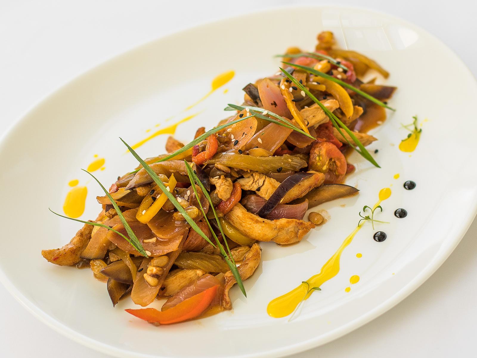 Теплый куриный салат с овощной капонатой