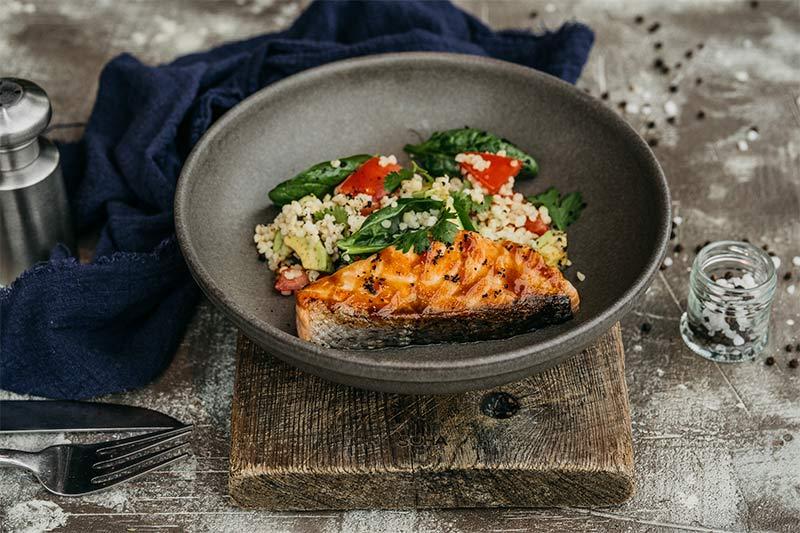 Лосось - терияки на гриле с салатом из булгура и овощей