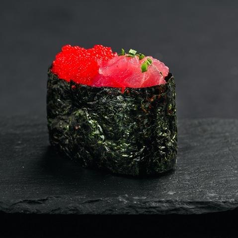 Гункан с тунцом и тобико