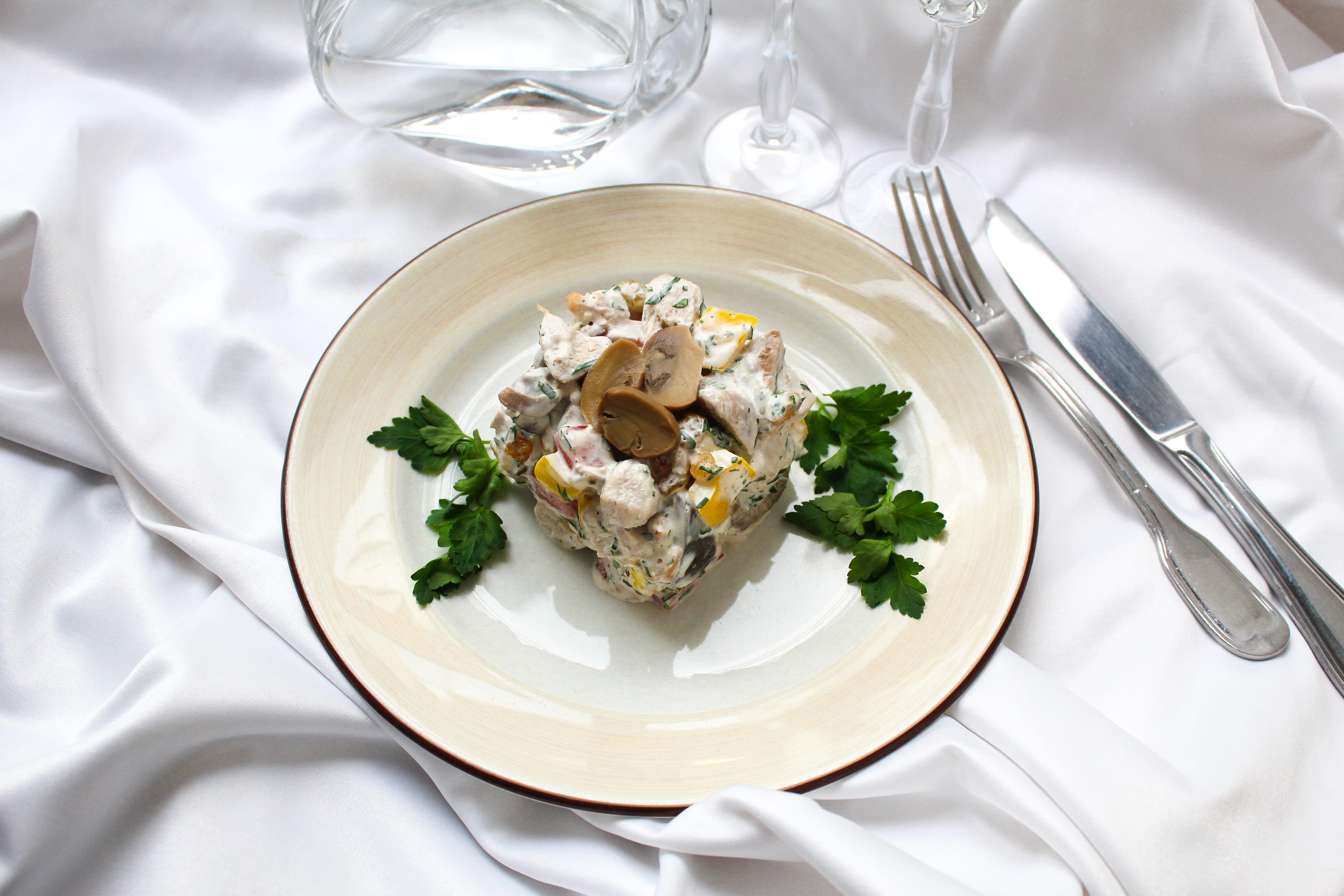 Домашний салат с курицей и грибами