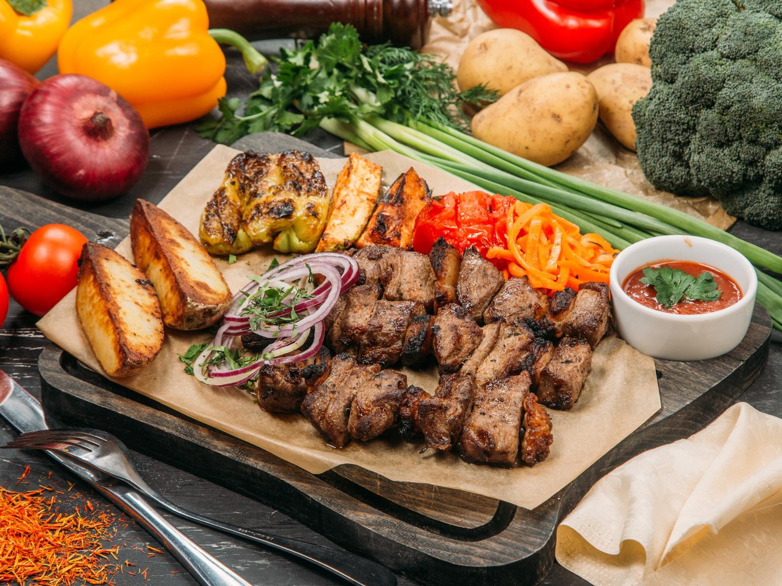 Шашлык из мякоти баранины с овощами на гриле и картофелем по-деревенски