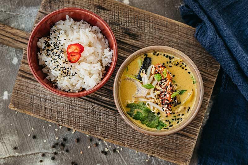 Овощи в с соусе карри с рисом