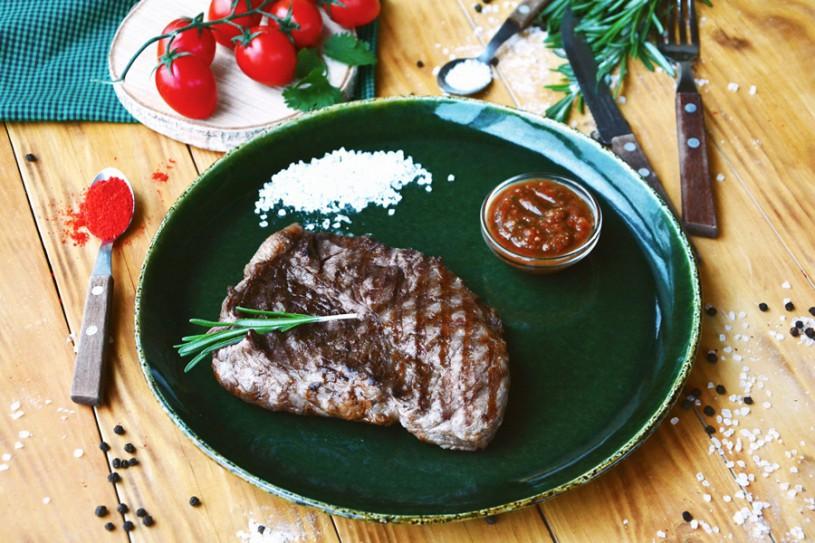 Стейк измраморной говядины с соусом «Сацебели»